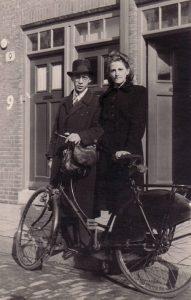 6. September 1945. Met Francisca voor de nieuwe woning aan de Tweede Boerhaavestraat.