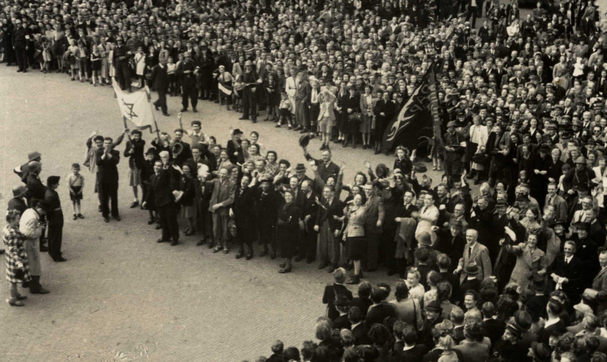 Joodse overlevenden tijdens het bevrijdingsdefilé in Zaandam, mei 1945 (collectie Hanny Kerkhoven en GAZ)