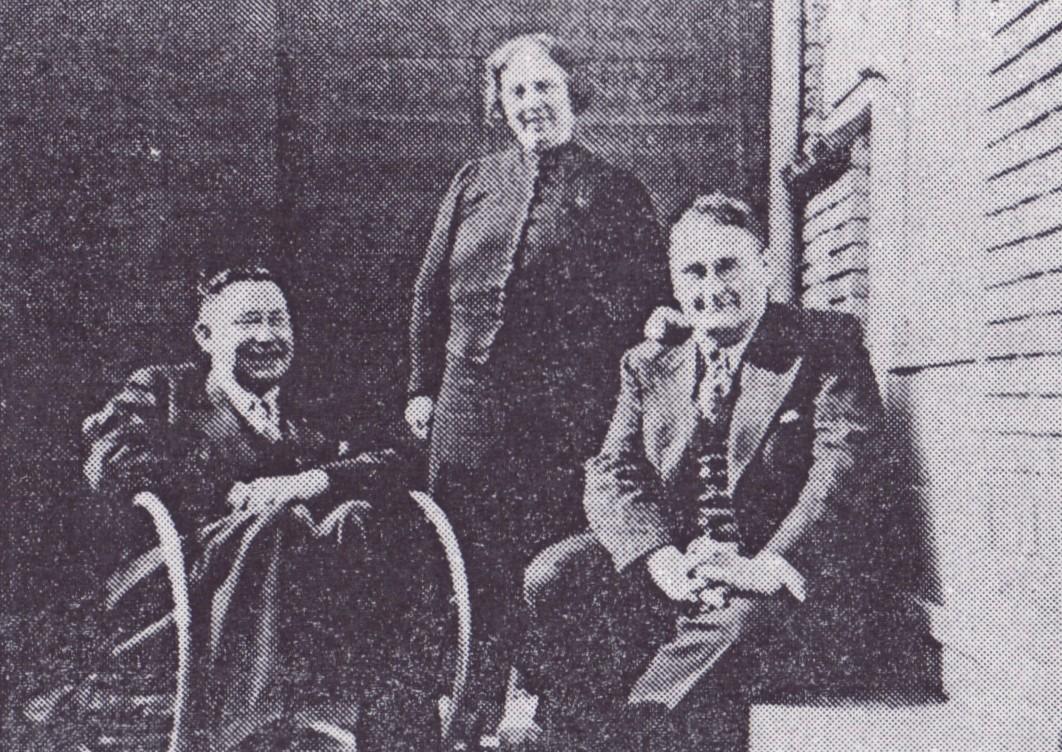 Walter, moeder en Erwin Baumgarten bij hun woning aan de Jan van Goyenkade 2, Zaandam